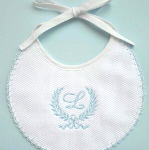 Babete com bordado monograma